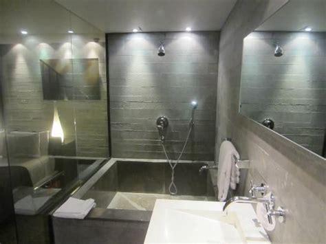 hotel avec baignoire dans la chambre baignoire avec effet béton brut très réussi salle de