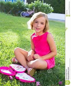 Junge Mädchen Fotos : child kid girl playing with makeup set sitting in grass royalty free stock photos image 28521708 ~ Markanthonyermac.com Haus und Dekorationen
