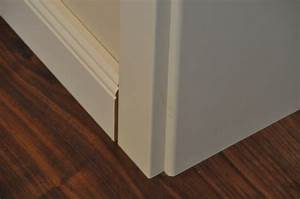 Spalt Zwischen Sockelleiste Und Boden : weisse sockelleisten im landhaus stil auf dunklem laminat verlegen hausbau blog ~ Orissabook.com Haus und Dekorationen