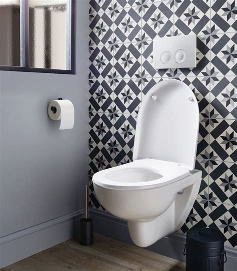 papier peint toilette cuvette suspendue et carreaux de ciment dans des toilettes leroy merlin