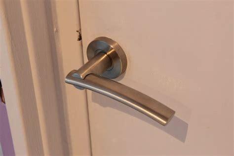 la poignee de la porte r 234 ver d une poign 233 e de porte dictionnairedesreves fr