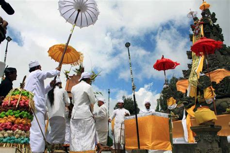 tradisi sakral suku tengger  gunung bromo pesona