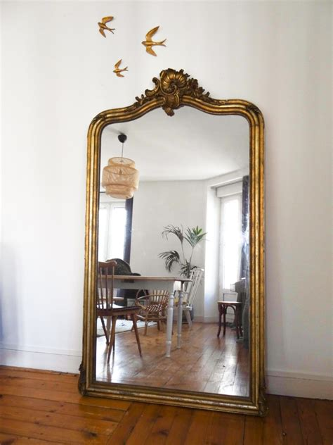 décoration canapé idée déco un grand miroir ancien une hirondelle dans