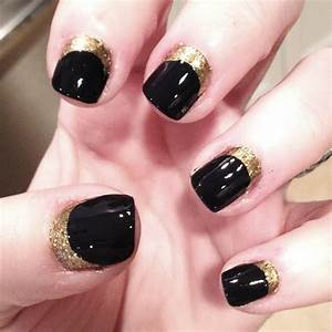 Black and gold nails picture