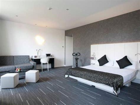 sol pvc chambre dalle et lame vinyle pvc noir le lit king size 180cm sur