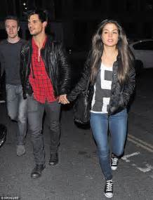 Taylor Lautner holds hands with girlfriend Marie ...