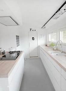 Kleine Kleiderschränke : kleine k che in l form in wei schwarz und holz offene ~ Pilothousefishingboats.com Haus und Dekorationen