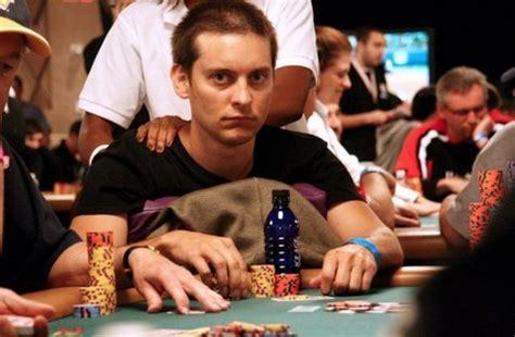 tobey maguire es  autentico capullo en la mesa de poker