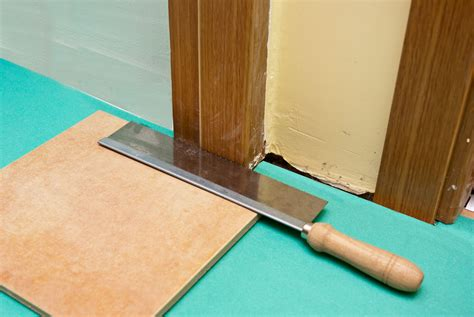 cutting door jambs for laminate flooring how to lay laminate flooring around doors howtospecialist how to build step by step diy plans