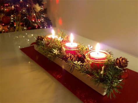 centrotavola natalizio con candele centrotavola natalizio creato con base in legno dipinta