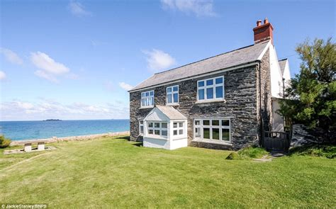 Clifftop Cottage In Cornwall With Breathtaking Sea Views