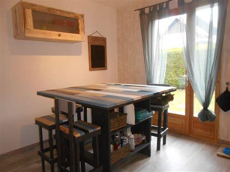 table de cuisine en palettes et meuble haut recyclé avec