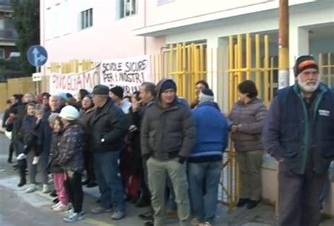 Libreria Ubik Catanzaro by Proteste Per La Chiusura Scuola Elementare Di