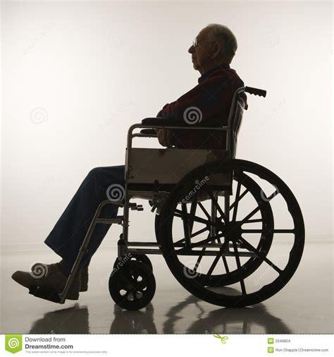 Acquisto Sedia A Rotelle - uomo anziano in sedia a rotelle fotografia stock