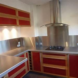 amenagement de cuisine en valchromat rouge et chene massif With cuisine bois et rouge