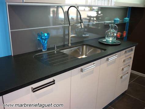 ilot de cuisine antique plan de travail en granit noir crédences et evier massif 38 et 73