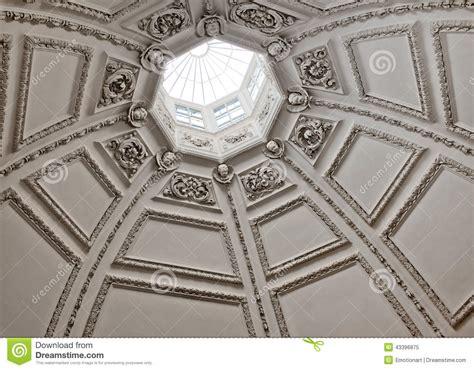 tetto a cupola cercando in un tetto a cupola con un lucernario fotografia