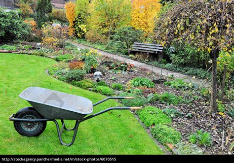 Garten Abräumen Im Herbst by Sch 246 Ner Garten Im Herbst Mit Schubkarre Stockfoto