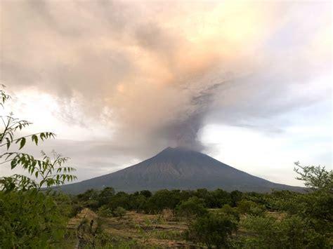 eruption  paradise bali   wake  mount agung