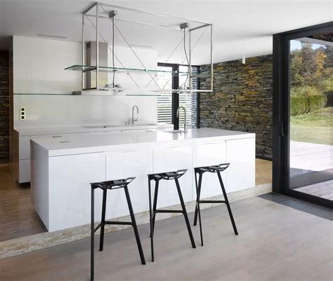 chaises cuisine blanches chaises de bar dans la cuisine contemporaine 18 idées cool