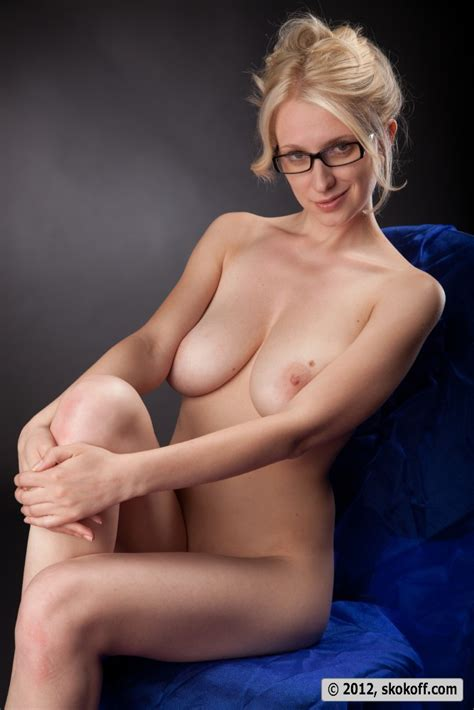 Katy Poses In Glasses Sexy Gallery Full Photo