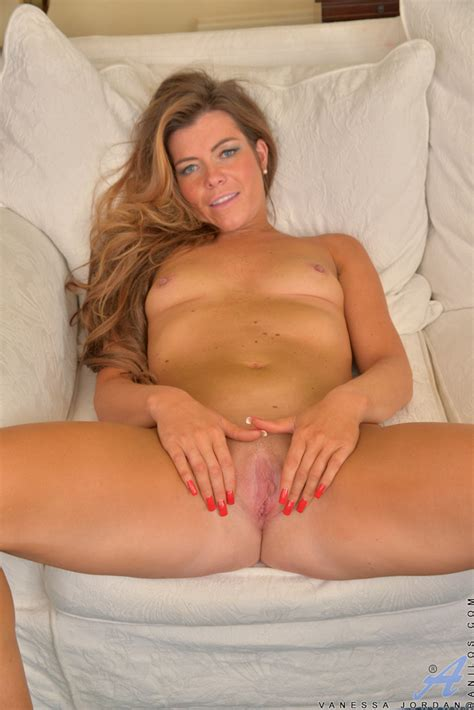 Sexy Milf Vanessa Jordan Spreads Her Shaved Pussy Of