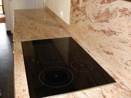 plaque granit cuisine plaque vitro céramique inclue dans la plan de travail marbrerie et décoration marbrerie