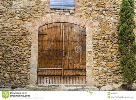 la vieille porte en bois s est ferm 233 e sur une maison de mur en de pav 233 photo stock