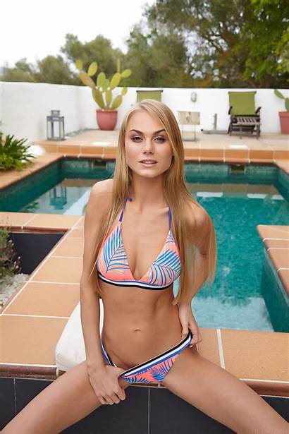 Nancy Bikini Blonde Pool Met Hair Deck