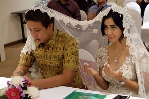 Indonesian Actress Meets Millionaire Tinder Marries Him