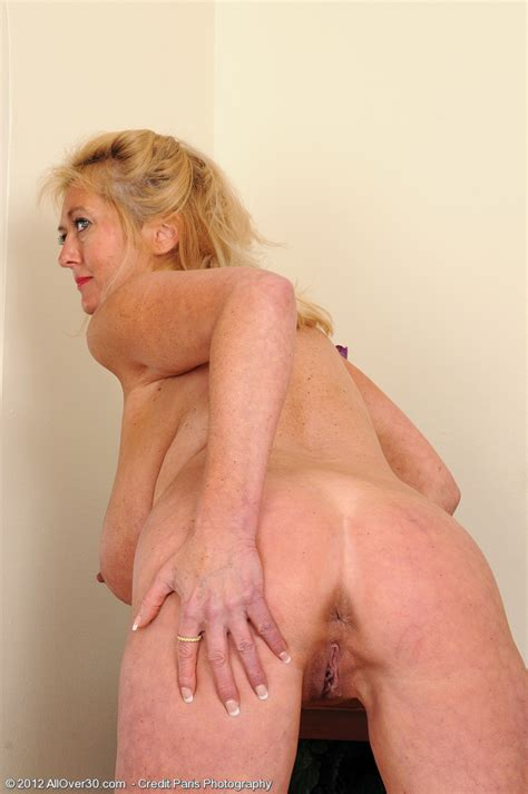 milf tahnee taylor show off her juicy melons moms archive