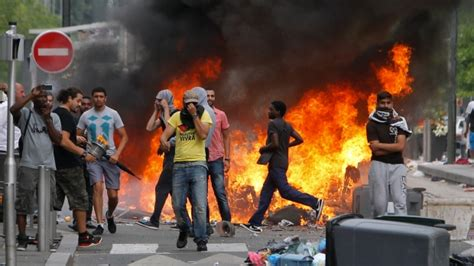 french rioters set fire  cars  gaza protest