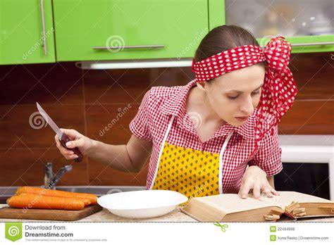 la cuisine des femmes femme dans la cuisine avec le livre de recette de couteau