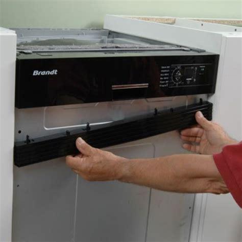 hotte cuisine verticale lave vaisselle encastré sous un plan de travail de cuisine
