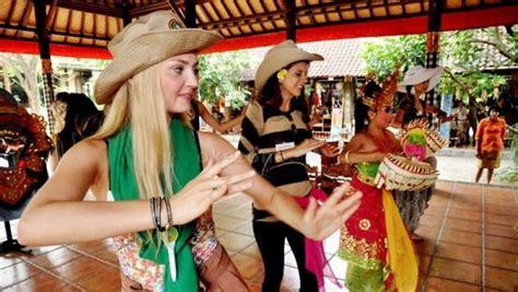 wisatawan mancanegara lebih tertarik  budaya indonesia
