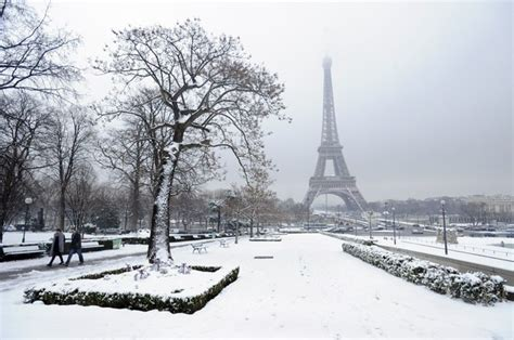 heavy snow  paris shuts  eiffel tower