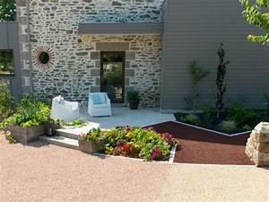Une petite terrasse au soleil devant l39entree maisonapart for Entree exterieure maison contemporaine 8 amenager une cour moderne avec une composition de graviers