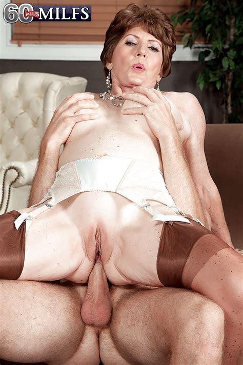 Big boobed granny Bea Cummins taking vaginal and anal sex in tan nylons - PornPics.com