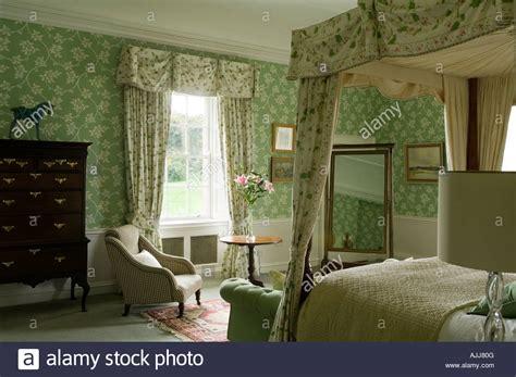 tapeten für schlafzimmer mit dachschräge schlafzimmer mit bett schlafzimmereinrichtungen und gr 252 n gemusterte tapeten im irischen schloss