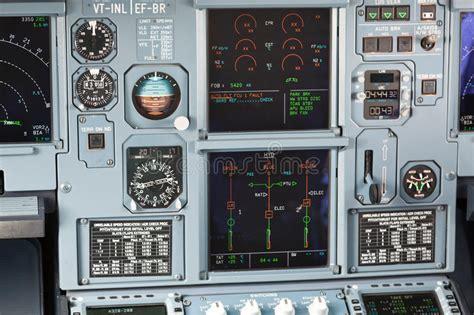 tablero de instrumentos de la carlinga de aviones de archivo 18760540