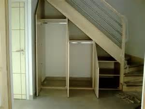 Fabriquer Bibliothèque Sous Escalier by Placards Mesura Sous Escalier Sous Comble