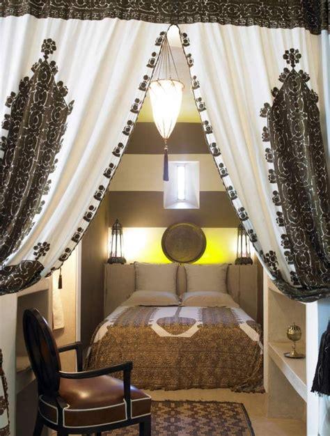 Individuelle Zimmergestaltung Mit Eigenen Design Vorhaengen by Schlafzimmer In Braun Mit Vorh 228 Ngen Und Bettw 228 Sche Mit