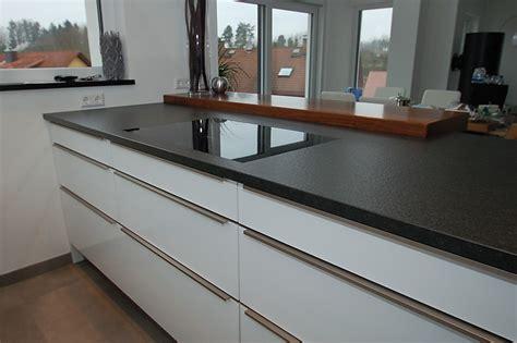Weiße Küche Mit Schwarzer Granitplatte by Hochschr 228 Nke Verkoffert Granit Arbeitsplatte Und