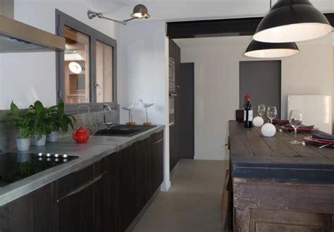 cuisine et grise dans un intérieur blanc bereal