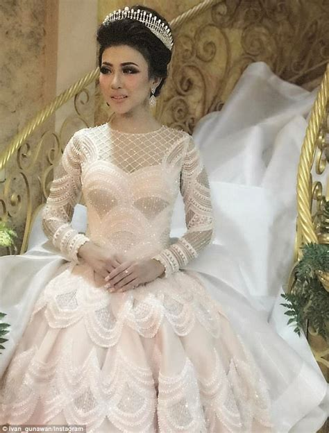 indonesian brides wedding gown sparks social media frenzy