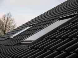 velux fliegengitter für dachfenster dach mit schwarzen dachziegel betondachsteine und zwei dachfenster bauunternehmen