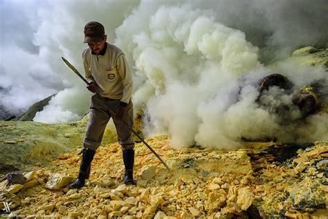 Pvc Boden Giftige Dämpfe by Die Gelbe H 246 Lle Des Ijen Und Die Soldaten Des Schwefels