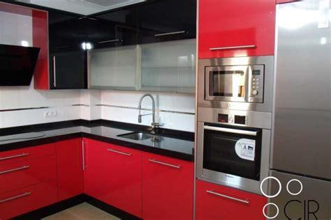 cocinas en rojo blanco imagenes planos negro gris madera