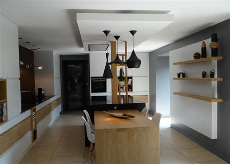 ilot de cuisine avec table le faux plafonds souligne la partie centrale un amour de