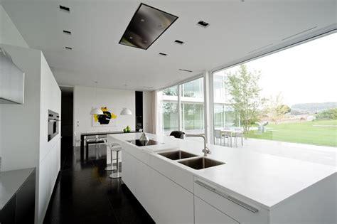 cuisine contemporaine avec ilot central design épuré pour maison contemporaine belge aux lignes
